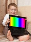 有膝上型计算机的婴孩 库存图片