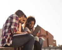 有膝上型计算机的学生在校园里 免版税图库摄影