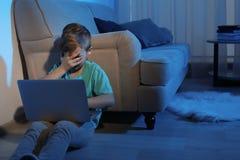 有膝上型计算机的害怕小孩 互联网的危险 免版税库存图片