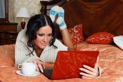 有膝上型计算机的少妇。 免版税库存照片