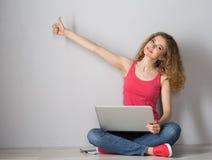 有膝上型计算机的少妇 免版税库存图片