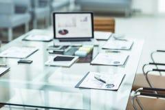 有膝上型计算机的工作场所和事务的工作文件在一个现代办公室合作 图库摄影