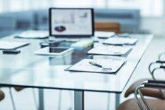 有膝上型计算机的工作场所和事务的工作文件在一个现代办公室合作 免版税库存照片