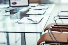有膝上型计算机的工作场所和事务的工作文件在一个现代办公室合作 免版税库存图片