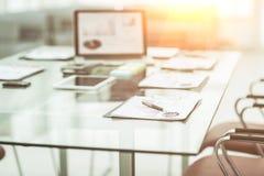 有膝上型计算机的工作场所和事务的工作文件在一个现代办公室合作 免版税图库摄影