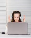 有膝上型计算机的微笑的女孩 库存图片