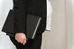 有膝上型计算机的怀孕的女商人 免版税库存照片