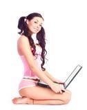 有膝上型计算机的性感的女孩 免版税库存照片