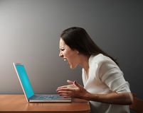 有膝上型计算机的恼怒的妇女 库存照片