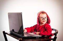 有膝上型计算机的惊奇的婴孩 库存照片
