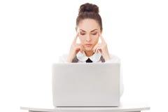 有膝上型计算机的想法的女实业家 免版税库存图片