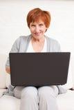 有膝上型计算机的成熟女性 免版税图库摄影