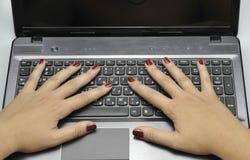 有膝上型计算机的手, 2016年9月11日的关闭 库存照片