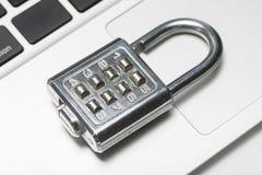 有膝上型计算机的挂锁 免版税库存照片