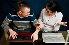 有膝上型计算机的母亲和儿子 库存图片