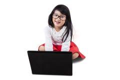 有膝上型计算机的甜小女孩 免版税库存图片