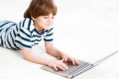 有膝上型计算机的男孩 免版税库存图片