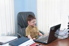 有膝上型计算机的男孩 免版税图库摄影