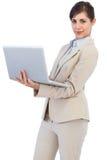 有膝上型计算机的确信的年轻女实业家 免版税库存图片