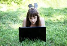 有膝上型计算机的秀丽女孩 库存照片