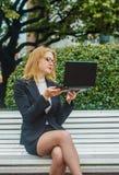 有膝上型计算机的美丽的女孩 图库摄影