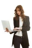有膝上型计算机的美丽的女实业家 免版税库存图片