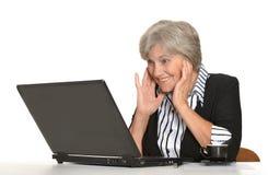 有膝上型计算机的老妇人 免版税库存图片