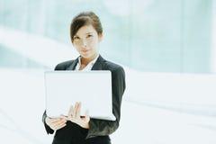 有膝上型计算机的职业妇女 免版税库存图片