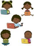 有膝上型计算机的逗人喜爱的非洲裔美国人的女孩 库存照片