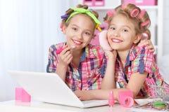 有膝上型计算机的逗人喜爱的tweenie女孩 库存照片