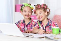 有膝上型计算机的逗人喜爱的tweenie女孩 免版税库存图片
