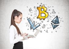 有膝上型计算机的镇静妇女, cryptocurrency bitcoin 库存图片