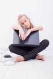 有膝上型计算机的青少年女孩 库存图片