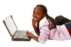 有膝上型计算机的青少年的女孩。 免版税库存图片
