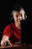 有膝上型计算机的青少年的男孩 图库摄影