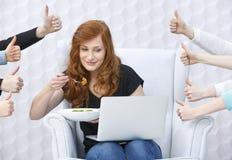 有膝上型计算机的食物博客作者 图库摄影