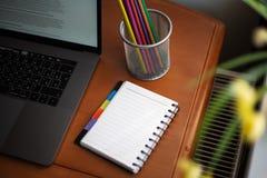 有膝上型计算机的,与铅笔的笔记薄桌面 免版税库存图片
