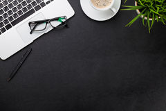有膝上型计算机的,咖啡,植物办公桌 库存照片