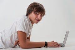 有膝上型计算机的年轻人 库存照片