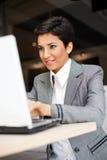 有膝上型计算机的年轻女商人 库存照片