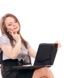 有膝上型计算机的年轻女实业家 免版税库存图片