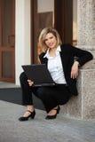 有膝上型计算机的年轻时装业妇女 免版税库存图片