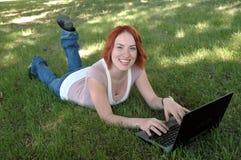 有膝上型计算机的2女孩 图库摄影