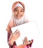有膝上型计算机的IX年轻回教女孩 库存图片