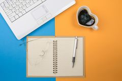 有膝上型计算机镜片的五颜六色的书桌办公室,咖啡c 免版税库存图片