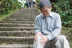 有膝盖问题的老人 免版税库存照片