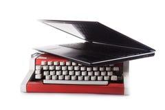 有膝部顶面的一台老打字机被隔绝的 库存照片