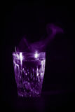 有膨胀的透明玻璃杯子开水到它里 从上面的蒸气 黑色背景 免版税图库摄影
