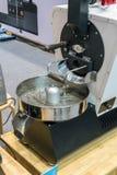 有自动化系统的小咖啡烘烤器机器在桌上 免版税库存照片
