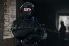 有自动武器的全副武装的军人 免版税库存照片